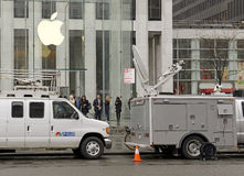 Crowds of customers outside Apple Store in New York pre-ordering the Apple Watch Royalty Free Stock Photos