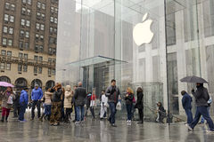Crowds of customers outside Apple Store in New York pre-ordering the Apple Watch Royalty Free Stock Photography