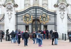 Crowds gather outside Buckingham Palace to watch the changing of the guard ceremony. London, United Kingdom - Februari 20, 2019: Crowds gather outside Buckingham stock photo