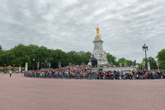 Crowds outside Buckingham Palace Royalty Free Stock Photos