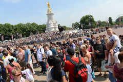 Crowds outside Buckingham Palace Stock Images