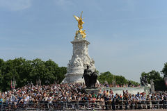Crowds outside Buckingham Palace Stock Photos