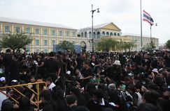 Crowds of Thai people come for singing the anthem His Majesty King Bhumibol at Sanam Luang of the Royal Palace Royalty Free Stock Photos