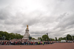 Crowds waiting for the Changing of the Guard in Buckingham Palace. London, England - July 18, 2008 : Despite the cloudy weather a many crowds waiting for the Stock Image