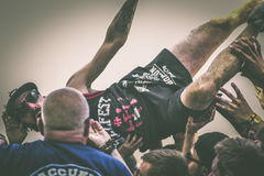 Crowdsurfing w metalu koncercie, Hellfest festiwal Zdjęcia Royalty Free