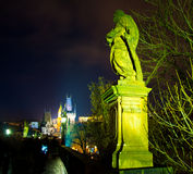 crowdy查理大桥,布拉格,捷克夜照片  免版税库存照片
