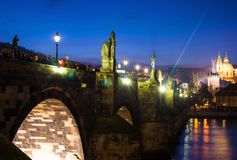 Φωτογραφία νύχτας της crowdy γέφυρας του Charles, Πράγα, Δημοκρατία της Τσεχίας Στοκ Φωτογραφία