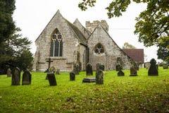 Crowhurst教会,在海斯廷斯,东萨塞克斯郡,英国西北部-家庭对一些古老赤柏松、霍莉和橡树 库存照片