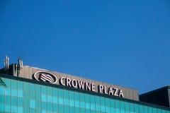 Crowne在他们的主要旅馆的广场商标在塞尔维亚 Crowne广场是豪华旅馆全世界品牌、所有者和特权  免版税库存照片