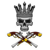 Crowned piratkopierar skallen med korsade pistoler Arkivbild