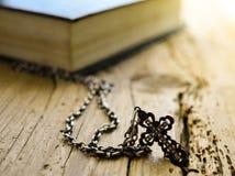 Croyance biblique de foi d'écriture sainte argentée de chaîne de croix de livre de bible photographie stock libre de droits