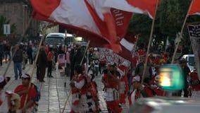 Croyants catholiques dans un défilé de rue dans Cuzco banque de vidéos