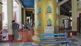 Croyants dans le pèlerinage en Popa Taungkalat banque de vidéos