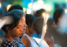 Croyants multiraciaux à la masse de Vendredi Saint Photos libres de droits