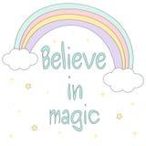 Croyez en citation de motivation tirée par la main magique avec l'arc-en-ciel mignon de bande dessinée, étoiles et opacifiez l'il illustration stock