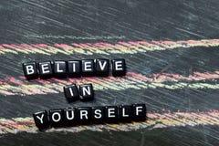 Croyez en vous-même sur les blocs en bois Image traitée croisée avec le fond de tableau noir photographie stock