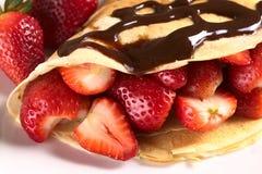 Crêpe avec des fraises Photographie stock libre de droits