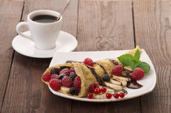 Crêpe con la guarnizione della fragola, del lampone, del mirtillo e del cioccolato pancake Immagine Stock
