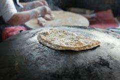 Crêpe Gozleme de Turkish de cuisinier de chef de mamie sur le fourneau Photo libre de droits