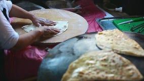 Crêpe Gozleme de Turkish de cuisinier de chef de mamie sur le fourneau banque de vidéos