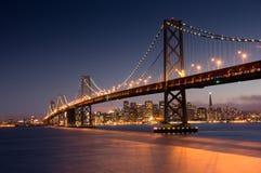 Crépuscule au-dessus de San Francisco Bay Bridge et horizon Photos stock