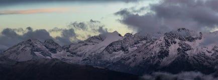 Crépuscule de matin du haut de chaîne d'Adzharo-Imeretinskiy Photographie stock libre de droits
