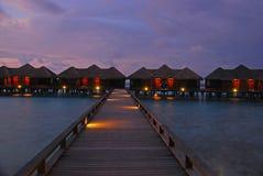 Crépuscule spectaculaire dans une des îles chez les Maldives Photos stock