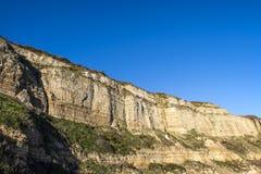 Crtaceous在海斯廷斯的砂岩峭壁在东萨塞克斯郡,英国 免版税库存图片