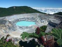 Cráter y lago del volcán Poas Fotos de archivo libres de regalías