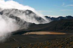 Cráter y nube del volcán como niebla sobre ella Foto de archivo libre de regalías