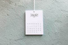 Cru calendrier coup fait main en janvier 2019 sur le mur photographie stock libre de droits