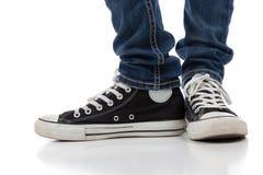 Cru, chaussures sportives d'antiquité sur le blanc Photographie stock libre de droits