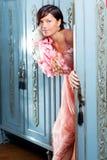 Cru de femme de mode de Brunette rétro dans la garde-robe image libre de droits