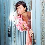 Cru de femme de mode de Brunette rétro dans la garde-robe photos libres de droits