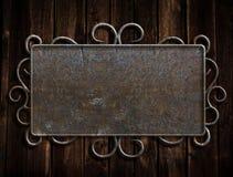 Cru de plaque métallique sur la vieille trappe de chêne Photographie stock