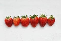 Cru des fraises d'isolement sur le fond blanc Baies fraîches d'été Image libre de droits