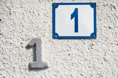 Cru et maison numéro rouillée un photographie stock libre de droits
