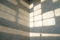 Cru et style moderne de papier peint de mod?le de grenier avec l'ombre de lumi?re de fen?tre l?-dessus photos stock