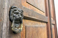 Cru Lion Head Door Knocker sur la porte en bois à l'Antigua, Guatemala image stock