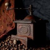 Cru, r?tro moulin ? caf? en bronze photographie stock libre de droits