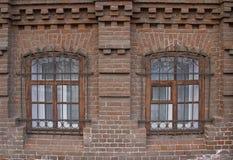 Cru Windows dans une maison de brique photos libres de droits