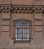 Cru Windows dans une maison de brique photo stock