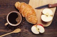Cruasán, café y manzana Fotos de archivo libres de regalías
