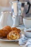 cruasán con café, leche y miel Fotografía de archivo
