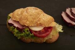 Cruasán con la ensalada del jamón y del tomate Foto de archivo libre de regalías