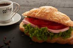 Cruasán con la ensalada del tomate Imagen de archivo libre de regalías