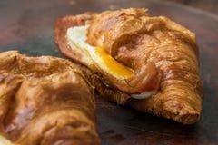 Cruasán crujiente del jamón y del queso para el desayuno Fotos de archivo