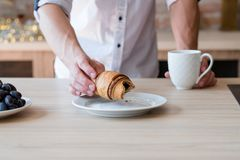 Cruasán de la bebida del hombre del hábito alimentario de los pasteles del bocado fotografía de archivo libre de regalías