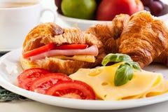 Cruasán de la bruja del desayuno, queso y café caliente Imágenes de archivo libres de regalías