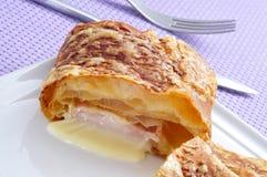 Cruasán del jamón y del queso imagen de archivo